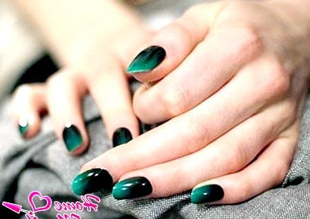 Фото - стриманий темно-зелений манікюр омбре