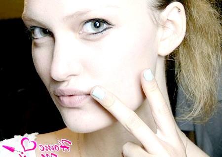 Фото - модний одноколірний манікюр на коротких нігтях