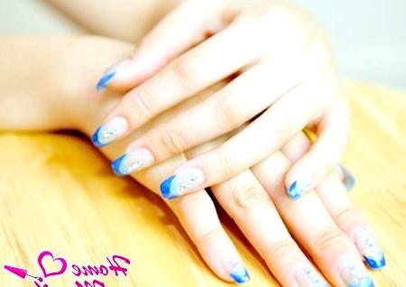 Фото - френч манікюр в синіх тонах на нарощених нігтях