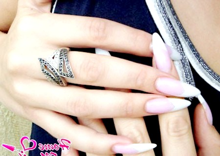 Фото - білий френч на мигдалеподібних нарощених нігтях