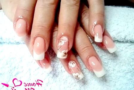 Фото - ніжна розпис нарощених нігтів френч