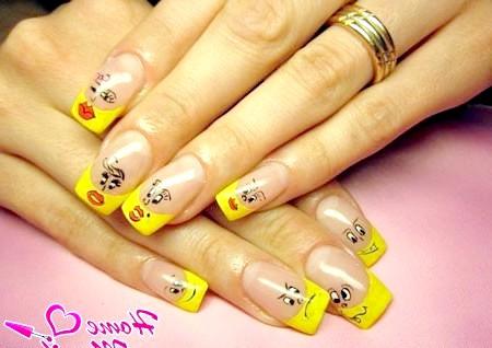 Фото - веселий жовтий френч зі смайликами