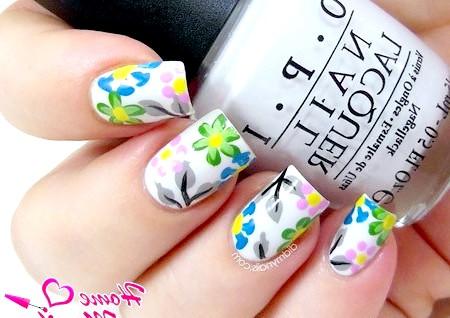 Фото - красиві квіткові малюнки на білих нігтях