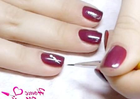 Фото - початок малюнка метелики на нігтях