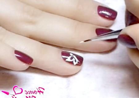 Фото - намальовані крила метелика на нігті