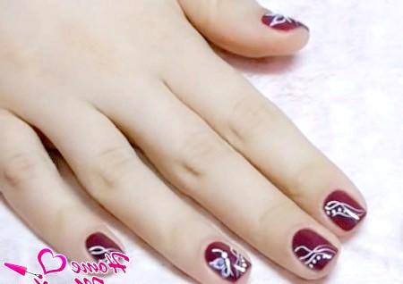 Фото - художній розпис нігтів з метеликом і абстракцією