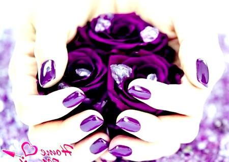 Фото - насичений бузковий гель-лак на нігтях
