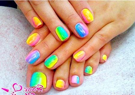 Фото - яскраві нігті на руках і ногах