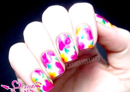 Фото - красиві весняні квіти на білих нігтях