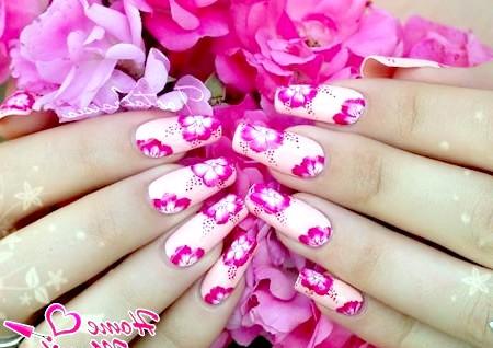 Фото - ніжний пастельний манікюр з рожевими квітами