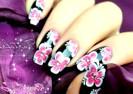 Фото - стильні малюнки квітів на чорних нігтях