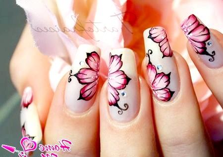 Фото - ідеально промальовані квіти на нігтях
