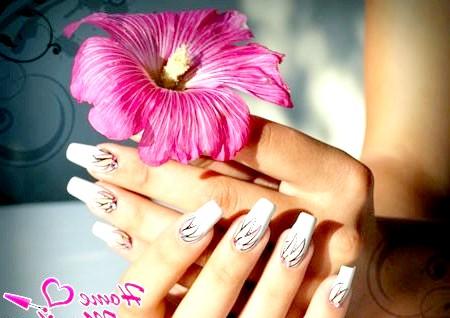 Фото - красиві пелюстки на білих нігтях