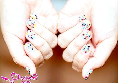 Фото - яскрава абстракція на нігтях