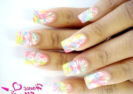 Фото - яскравий дизайн нігтів в стилі абстракції