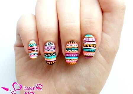 Фото - насичені яскраві візерунки на нігтях
