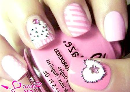 Фото - модна композиція на нігтях в світло-рожевих тонах