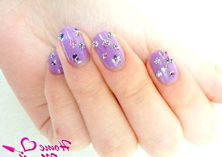 Фото - невеликі квіточки на нігтях з мікрокульок