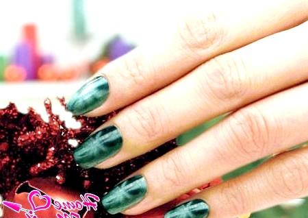 Фото - зелений магнітний нейл-арт на Новий рік