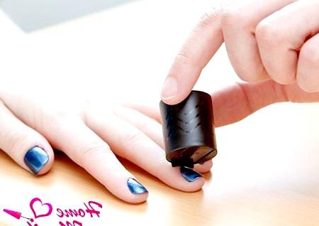 Фото - створення візерунка на нігтях за допомогою магніту