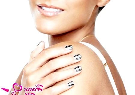 Фото - магнітний лак на нігтях моделі