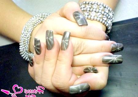 Фото - магнітний дизайн нігтів у формі зірочки