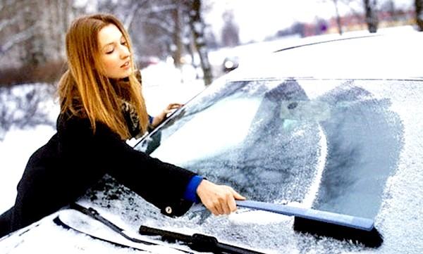 Фото - дівчина чистить автомобіль