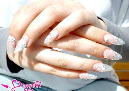 Фото - нарощені гелем нігті з білими малюнками