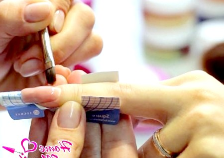 Фото - розподіл камуфляжного гелю по нігтю