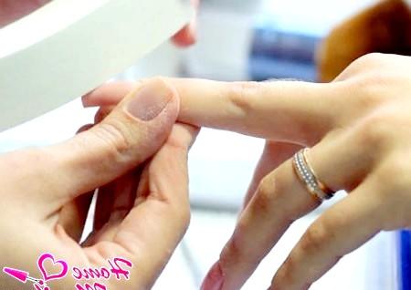 Фото - шліфування нігтя полірувальним бафом