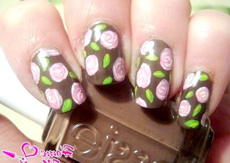 Фото - коричневий дизайн нігтів з ніжними малюнками