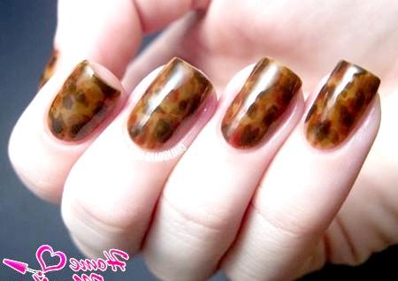 Фото - плямистий коричневий дизайн нігтів